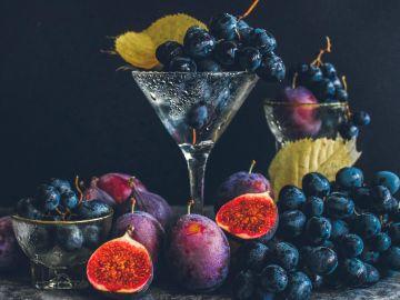 El resveratrol lo puedes encontrar en todos aquellos frutos oscuros o rojos como uvas, arándanos e higos, además de otras presentaciones concentradas | Créditos Pexels