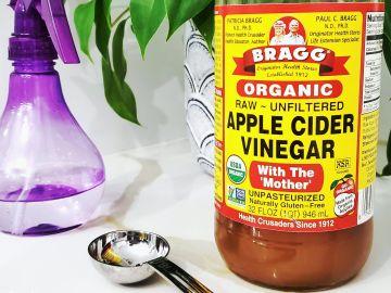Aplicar un poco de vinagre de manzana por las noches sirve como tónico para el rostro | Crédito Pexels