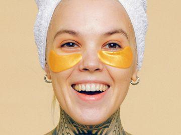 Los parches de ojos son de los grandes aliado en el combate de arrugas tempranas | Crédito Pexels