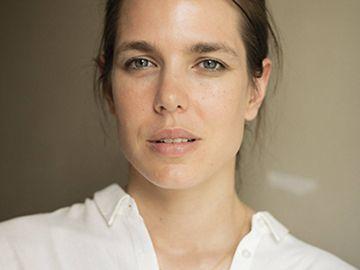 Carlota Casiraghi con una impecable camisa blanca en el congreso de filosofía de Montecarlo | Crédito Getty Images.