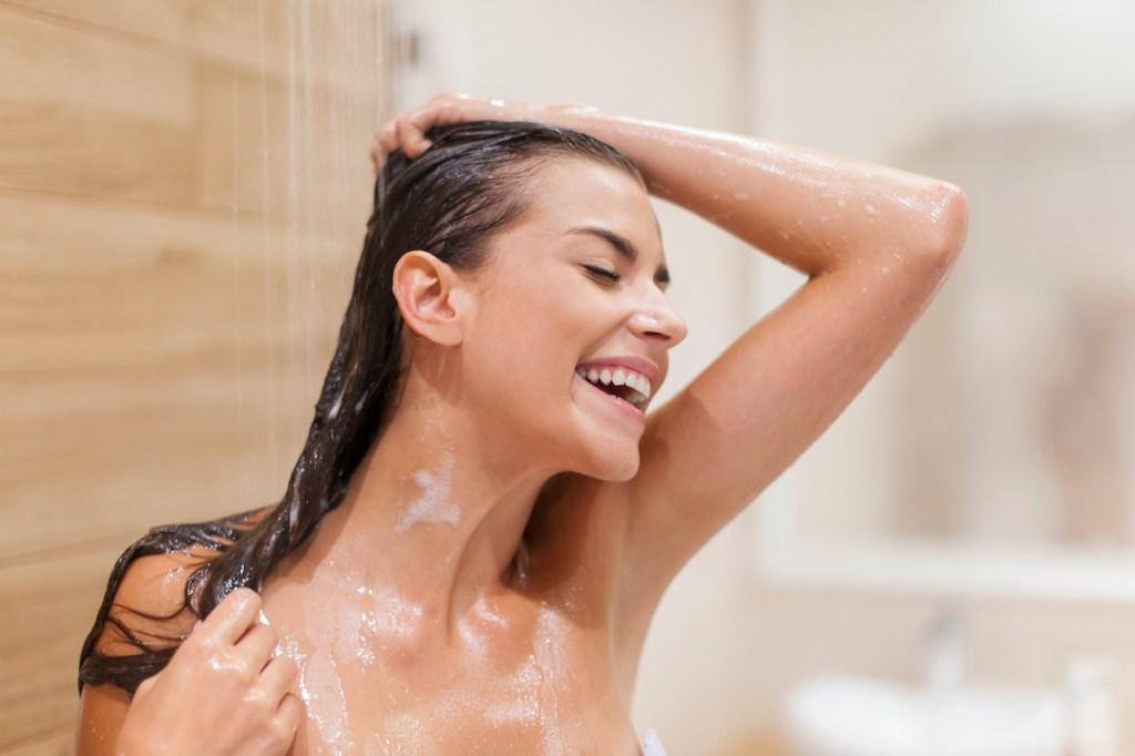 Cómo usar el agua de arroz para fortalecer y dar brillo al cabello