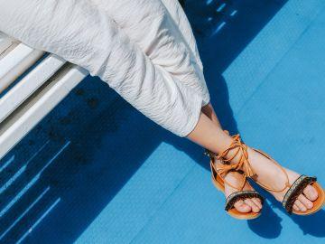 Cuida de tus pies con juanetes con calzado amplio | Crédito Pexels