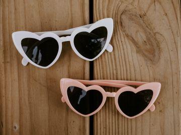 Lentes de sol en forma de corazón son algunas de las formas increíbles de llevar esta temporada las gafas solares | Crédito Pexels