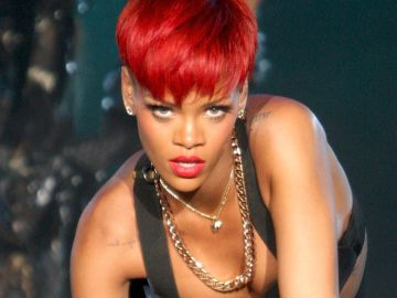 Rihanna con pelo rojo   Crédito Mezcalent