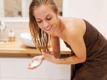 como enjuagar cabello con vinagre de manzana