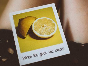 cuando la vida te da limones, haz limonada o aplícalo sobre la piel | Crédito Pexels