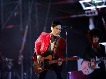 Los outfits más icónicos de Prince en el escenario