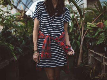 prendas y accesorios para usar con un vestido con rayas