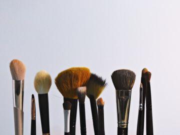 formas de lavar brochas de maquillaje