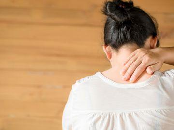 por que slae acne en la espalda