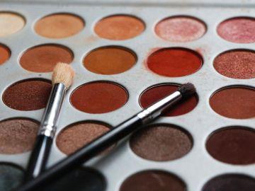 maquillaje con sombras rojas